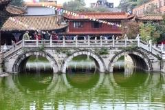 В храме, Куньмин