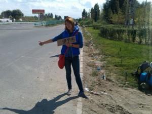 Юля пробует китайский автостоп в первый раз.