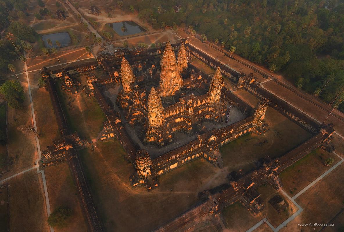Ангкор-Ват, построенный по принципу храм-гора (источник: www.airpano.com)